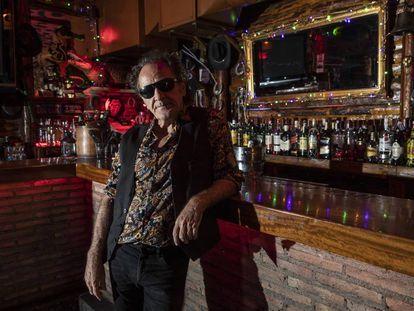 Johnny Cifuentes, líder de Burning, posa en su bar Cocodrilo Rock, en Madrid.