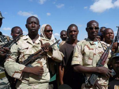 Un grupo de malienses que reciben formación militar en Mopti.