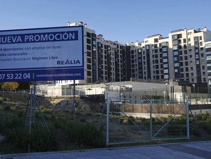 Un cartel anuncia una promoción de viviendas en Madrid.