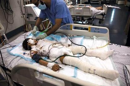 Un médico palestino atiende a una niña herida por un ataque israelí del 12 de mayo que alcanzó la casa de su familia, en la ciudad de Gaza.