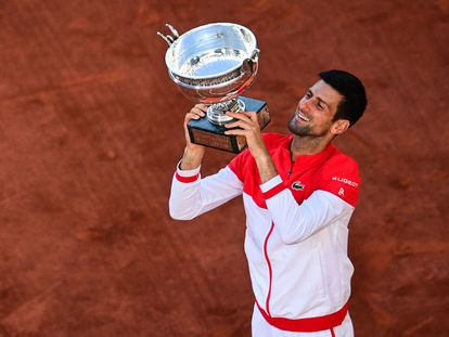 Djokovic eleva la Copa de los Mosqueteros en la pista Philippe Chatrier de París.
