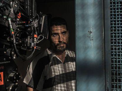 El actor Miguel Ángel Silvestre, durante el rodaje de la serie 'En el corredor de la muerte'.