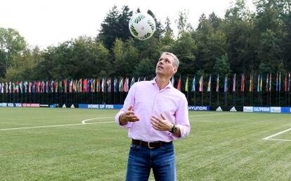 Marco van Basten posa en la sede de la FIFA en Zúrich.