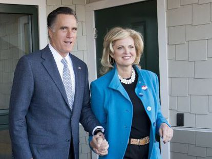 Romney y su esposa, a la salida del colegio electoral.