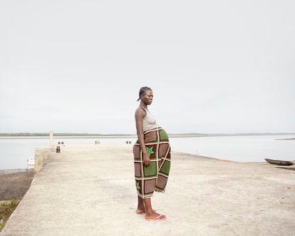 Bonthe (Sierra Leona). Francess Kenjah, de 22 años, está en su segundo embarazo y se ha enfrentado a un viaje en barco de siete horas para llegar al hospital en la isla de Bonthe, para someterse a una cesárea.
