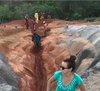 La artista Juliana Notari junto a los trabajadores que le ayudaron a construir la obra.