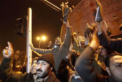 """La resistencia de Mubarak a dejar el poder hasta las próximas elecciones ha indigando a los miles de manifestantes que siguen en la plaza de la Liberación. A los gritos de """"fuera fuera"""" se ha unido el lema """"si él no se va, nosotros tampoco""""."""
