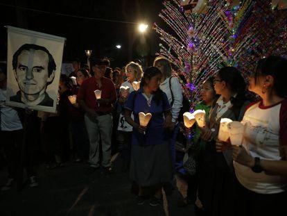 Velas en memoria de los mártires jesuitas en San Salvador cuando se cumplen 28 años de la masacre.