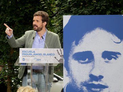 El presidente del PP, Pablo Casado, interviene en la clausura de la Escuela de Verano Miguel Ángel Blanco, en Ermua (Bizkaia).