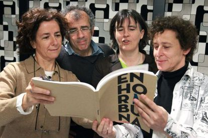 Los portavoces de la coordinadora Gesto por la Paz, Fabián Laespada e Itziar Aspuru, en el centro, ojean el libro sobre la historia de la coordinadora.