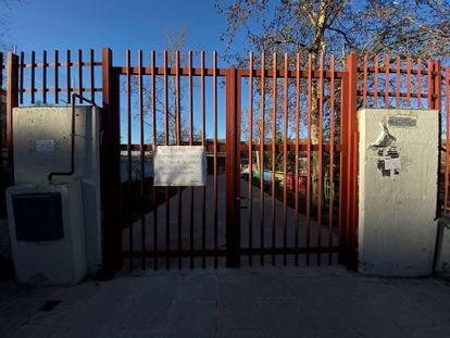 Colegio en Madrid con un cartel colgado en la verja en el que se informa del cierre temporal del centro.