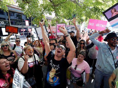 Seguidores de Britney Spears celebran la decisión del juez de liberarla de la tutela de su padre en Los Ángeles, este miércoles.