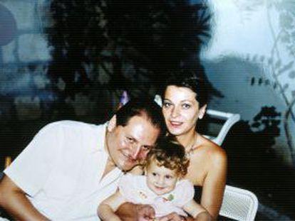 El terrorista internacional de nacionalidad venezolana, Ilich Ramírez Sánchez, alias Carlos, junto con Magdalena Kopp y la hija de ambos