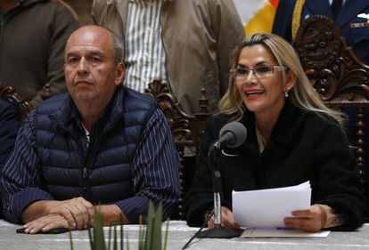 Arturo Murillo con la expresidenta de Bolivia, Jeanine Áñez, en una imagen del 23 de noviembre de 2019 en La Paz.