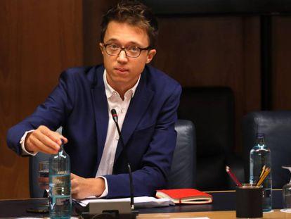 Íñigo Errejón esta mañana en la junta de portavoces de la Comunidad de Madrid. En vídeo, el portavoz de Más Madrid empieza a tejer alianzas.