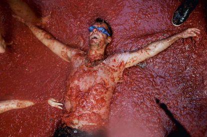 España es el único país del mundo donde un tío tumbado sobre un enorme charco de color rojo no está a punto de morir sino a punto de tener resaca.