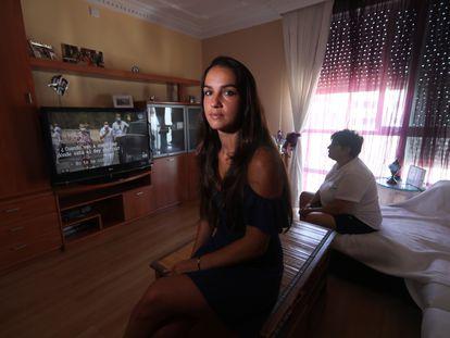 Carmen García, el viernes con su madre en el salón de su casa, en Alcorcón (Madrid).