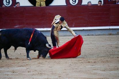 Paco Ureña torea al natural a su primer toro.