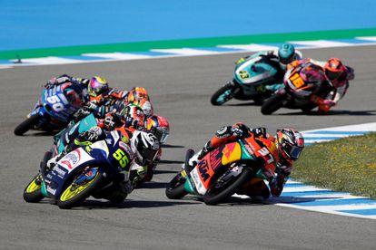 Acosta, a la derecha, frente al resto de pilotos en las últimas vueltas del GP de España.