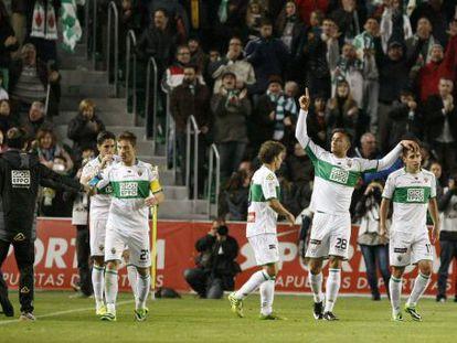 El Elche celebra su primer gol ante el Valencia.