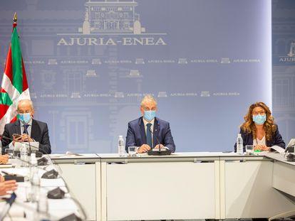 El lehendakari, Iñigo Urkullu (c), flanqueado por los consejeros de Seguridad, Josu Erkoreka (i), y de Salud, Gotzone Sagardui (d), preside este lunes en Vitoria la reunión del consejo asesor del LABI convocada de urgencia para adoptar nuevas restricciones en Euskadi.