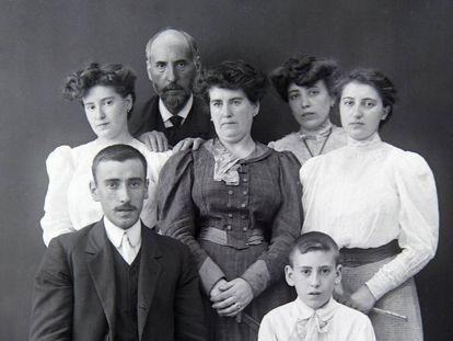 Una fotografía del Legado Cajal muestra al científico con su familia en Madrid en 1905.