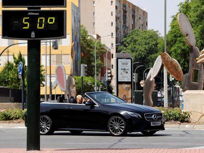 Un coche pasa junto a un termómetro en Murcia, donde a las 16.10 se han registrado 46,1 grados.
