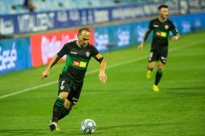 Nino, delantero del Elche, controla un balón este domingo en el partido ante el Zaragoza.