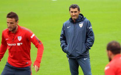 Ernesto Valverde durante un entrenamiento del Athletic.