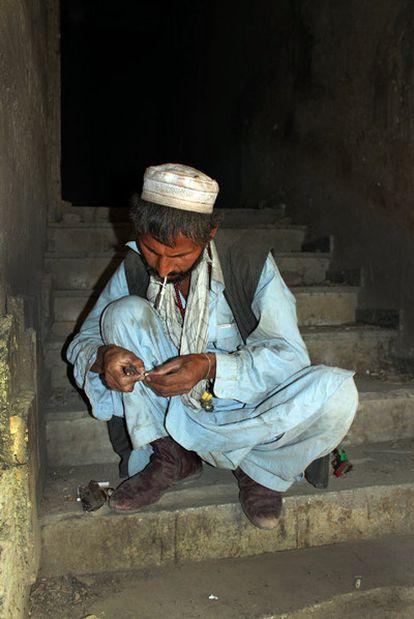 Un drogodependiente, en el antiguo centro soviético  donde se reúnen los heroinómanos en Afganistán