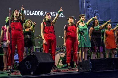 El colectivo Las Tesis interpreta la 'performance' 'Un violador en tu camino' en Buenos Aires en febrero de 2020.