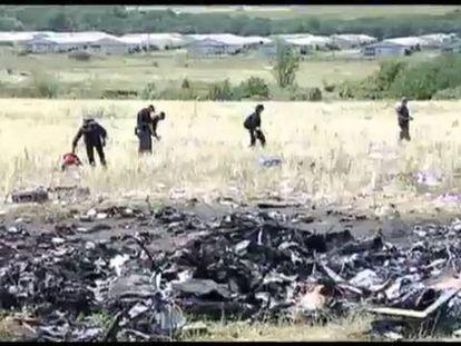 Expertos llegan al lugar donde cayó el avión en Ucrania.