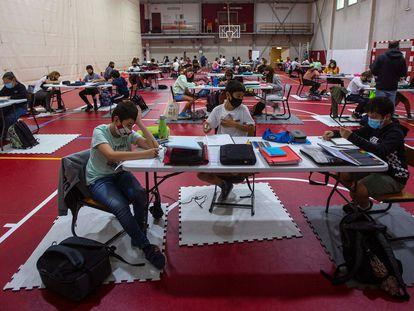 Alumnos de secundaria de un colegio de San Sebastián dan clase en las canchas del polideportivo Mons, en septiembre de 2020.