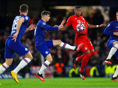 David Alaba disputa la pelota rodeado de jugadores del Chelsea.