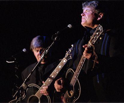 Don Everly, en primer plano, y su hermano Phil, durante un concierto en octubre de 2000 en Pojoaque (Nuevo México).