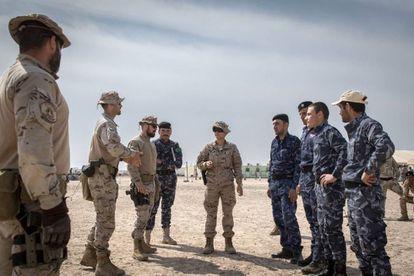 Instuctores españoles con mandos de la policía iraquí en mayo pasado en Irak.