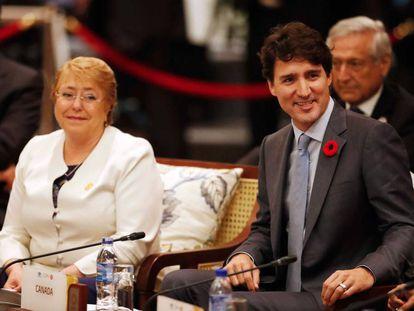 Justin Trudeau con Michelle Bachelet en la negociación en Danang este viernes.