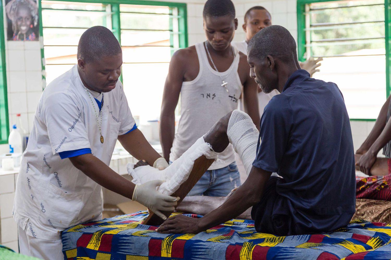 Un paciente afectado por la úlcera de Buruli recibe curas en el Hospital Saint Camille Davougon (Benín).