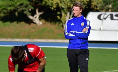 José María Gutiérrez, dirigiendo un entrenamiento del Almería.