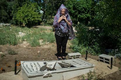 La concejala árabe Maha Naqib, ante lápidas rotas por vándalos judíos en el cementerio musulmán, este viernes en Lod.