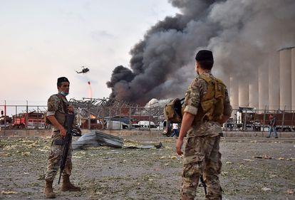 Soldados libaneses, tras la explosión en el puerto de Beirut, el 4 de agosto de 2020.