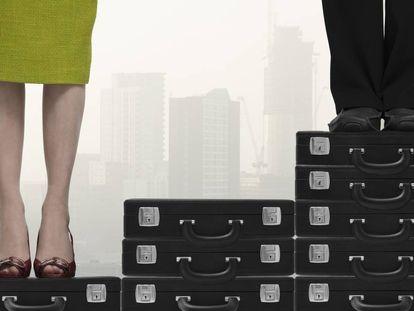 Una mujer y un hombre subidos en pilas de maletines para ilustrar la desigualdad