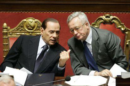 El primer ministro italiano Silvio Berlusconi y el ministro de economía Giulio Tremonti hablan en el Senado italiano.