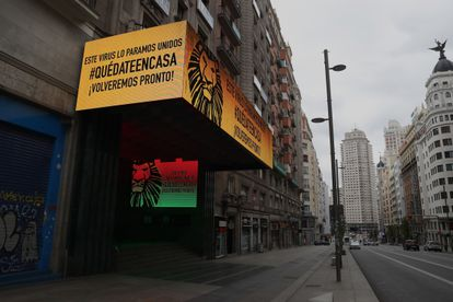 Un teatro cerrado en la Gran Via en Madrid durante la pandemia de coronavirus.