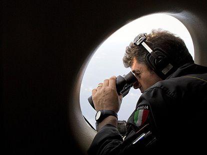 El brigada Pasquale Mei vigila con sus prismáticos las salidas de inmigrantes.