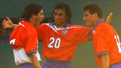 Iván Zamorano celebró con Fabián Estai y Pedro González en la Copa América de 1999 en Luke, Paraguay.