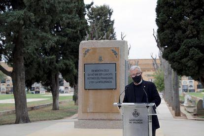 El alcalde de València, Joan Ribó, presenta en el Cementerio General un monolito en memoria de las personas represaliadas por el franquismo.