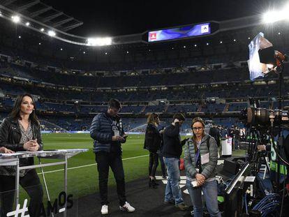 El equipo de Movistar + en una retransmión a pie de campo en el Santiago Bernabéu en la temporada 2018/2019.