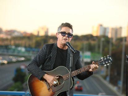 Alejandro Sanz canta en el puente de la M-30 que conecta Moratalaz con el barrio de La Estrella.