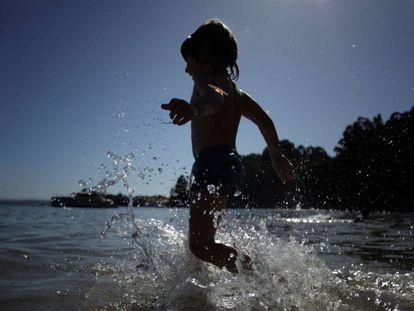 Un niño se da un baño en una playa de A Coruña.
